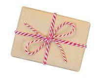 A caixa de presente envolvida no marrom reciclou o papel com corda vermelha e branca foto de stock royalty free