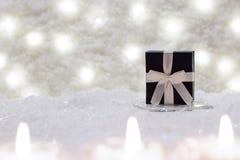 A caixa de presente está na neve Imagem de Stock