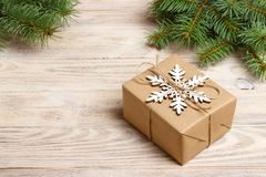 Caixa de presente feito a mão do Natal decorada com papel do ofício e o floco de neve branco na opinião superior do fundo de made foto de stock royalty free