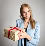 Caixa de presente feliz da terra arrendada da mulher Fotografia de Stock