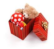 Caixa de presente grande completamente dos brinquedos fotos de stock
