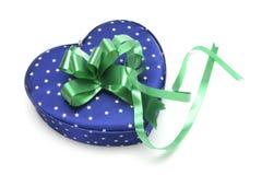 Caixa de presente Heart-shaped azul imagens de stock