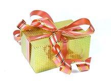 A caixa de presente holográfica amarela com curvas Fotos de Stock Royalty Free