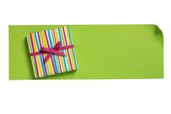 Caixa de presente listrada na placa da letra do papel verde Imagem de Stock