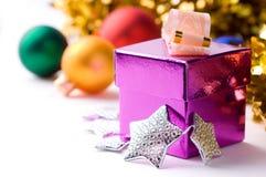 Caixa de presente magenta no fundo do Natal Fotos de Stock