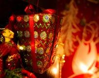 Caixa de presente na árvore de Natal Fotos de Stock
