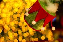 Caixa de presente na árvore de Natal Luz amarela Imagens de Stock