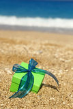 Caixa de presente na areia Foto de Stock Royalty Free