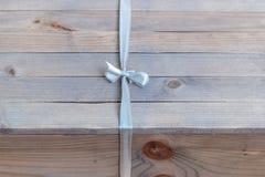 Caixa de presente na tabela de madeira Foto de Stock