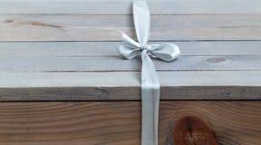 Caixa de presente na tabela de madeira Imagens de Stock