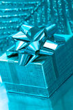 Caixa de presente no fundo azul Foto de Stock Royalty Free