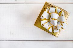 Caixa de presente no fundo de madeira branco Imagens de Stock