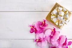 Caixa de presente no fundo de madeira branco Imagem de Stock Royalty Free