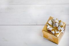 Caixa de presente no fundo de madeira branco Fotografia de Stock