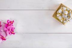Caixa de presente no fundo de madeira branco Fotos de Stock Royalty Free