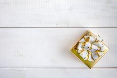 Caixa de presente no fundo de madeira branco Foto de Stock Royalty Free