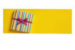 Caixa de presente olorful do ¡ de Ð na placa de papel amarela da letra Fotografia de Stock