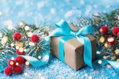 Caixa de presente ou árvore de abeto atual e nevado para o cartão do Natal Efeito de Bokeh Imagens de Stock