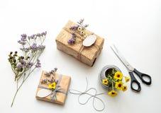 Caixa de presente (pacote) com a etiqueta vazia do presente no fundo branco Foto de Stock Royalty Free