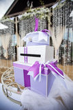 Caixa de presente para o dinheiro na tabela Foto de Stock Royalty Free