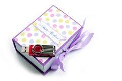A caixa de presente para o flash feito a mão de USB conduz por um feriado em um fundo branco imagem de stock