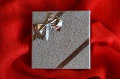Caixa de presente de prata com uma curva imagens de stock