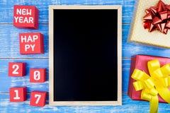 Caixa de presente, quadro-negro e número atuais do ano novo feliz 2017 em r Foto de Stock