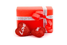 Caixa de presente romântica vermelha com corações Fotografia de Stock Royalty Free