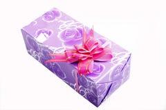 Caixa de presente roxa Foto de Stock Royalty Free