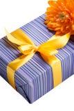 Caixa de presente roxa com fita amarela Fotografia de Stock