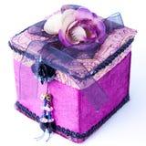 Caixa de presente roxa com uma rosa isolada. Foto de Stock Royalty Free