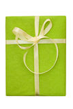 Caixa de presente verde com curva amarela da fita do cetim Fotos de Stock Royalty Free