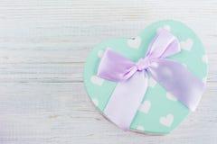 Caixa de presente verde pastel e curva cor-de-rosa Fotografia de Stock