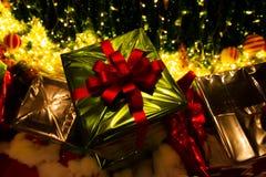 Caixa de presente verde sob a árvore de Natal Imagens de Stock