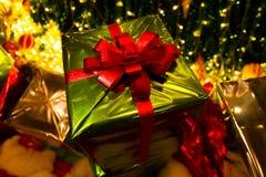 Caixa de presente verde sob a árvore de Natal Foto de Stock Royalty Free