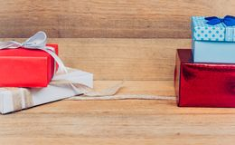 Caixa de presente vermelha, azul, branca na tabela de madeira Copie o espaço Natal, ano novo, dando, conceito do aniversário Fotos de Stock