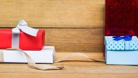 Caixa de presente vermelha, azul, branca na tabela de madeira Copie o espaço Natal, ano novo, dando, conceito do aniversário Fotografia de Stock Royalty Free