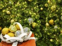 Caixa de presente vermelha com a árvore branca da fita e de Natal Fotos de Stock Royalty Free