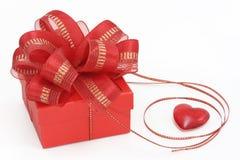 Caixa de presente vermelha com coração Fotografia de Stock Royalty Free