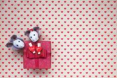Caixa de presente vermelha com corações no fundo dos corações Fotografia de Stock