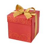 Caixa de presente vermelha com entalhe dourado da curva da fita Imagens de Stock Royalty Free