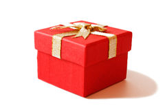 Caixa de presente vermelha com fita do ouro Fotos de Stock