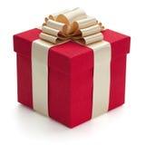 Caixa de presente vermelha com fita dourada. Fotos de Stock Royalty Free
