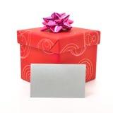 Caixa de presente vermelha com a tampa no fundo branco imagem de stock