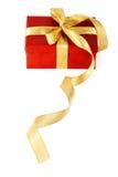 Caixa de presente vermelha com uma curva do ouro Imagens de Stock