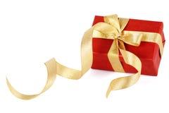 Caixa de presente vermelha com uma curva do ouro Foto de Stock