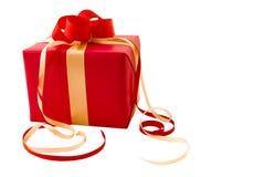 A caixa de presente vermelha com vermelho e a fita do cetim do ouro curvam-se Imagens de Stock Royalty Free