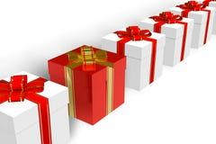 Caixa de presente vermelha dentro da fileira do branco uns Fotos de Stock