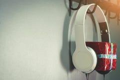 Caixa de presente vermelha do ano novo ou do Natal com fones de ouvido branco Imagens de Stock Royalty Free