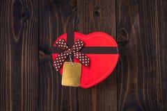 Caixa de presente vermelha do coração no fundo de madeira para o dia de Valentim Imagem de Stock